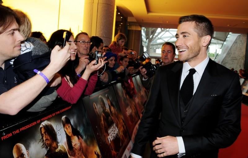 Jake Gyllenhaal si lascia immortalare dai fan alla premiere mondiale di Prince of Persia: Le Sabbie del Tempo