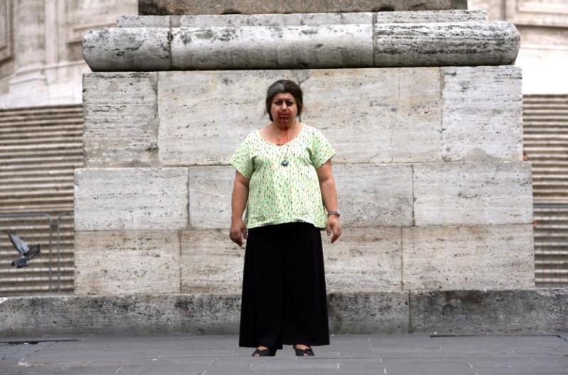Serra Yilmaz in un'immagine emblematica del film Scontro di civiltà per un ascensore a Piazza Vittorio
