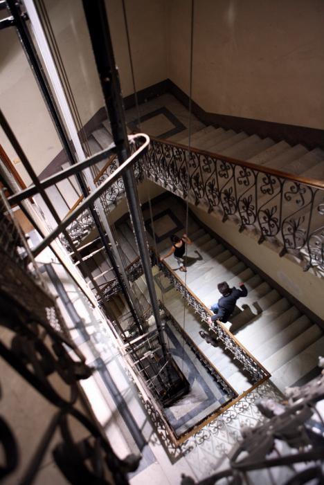 Un'immagine del vivace condominio del film Scontro di civiltà per un ascensore a Piazza Vittorio