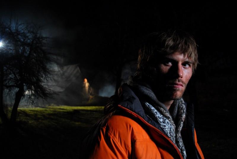 Un'immagine di Jake Muxworthy dall'horror Shadow