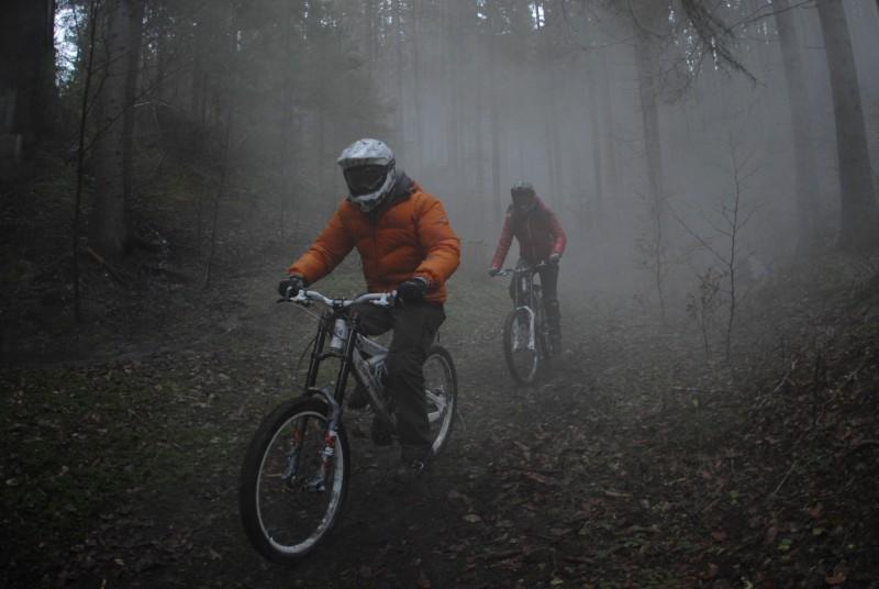 Un'immagine di Jake Muxworthy e Karina Testa dall'horror Shadow