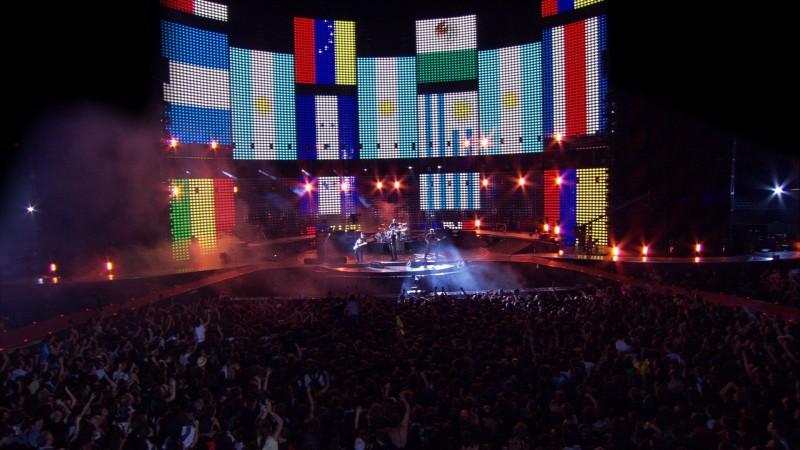 Un'immagine suggestiva e pacifista dal tour degli U2 nel film U2 3D
