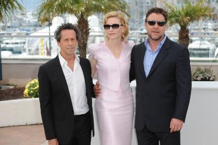 Cannes 2010, Robin Hood apre la kermesse. Nella foto i due protagonisti Crowe e Blanchett con Brian Grazer.