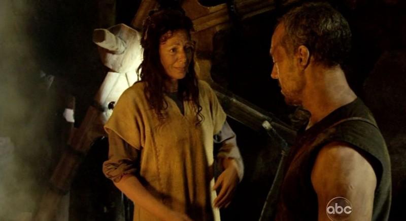 Allison Janney e Titus Welliver in una scena di Attraverso il mare, dalla sesta stagione di Lost