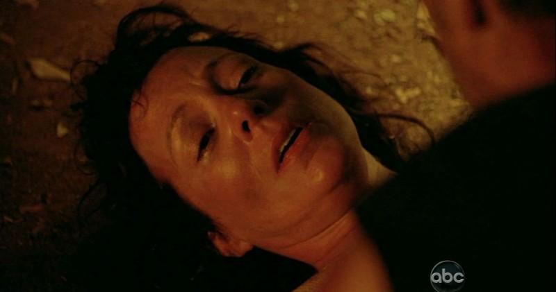 Allison Janney in una scena di Attraverso il mare tratta dalla sesta stagione di Lost