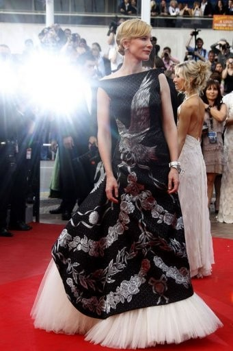 Cannes 2010, Cate Blanchett, interprete di Robin Hood, sul red carpet