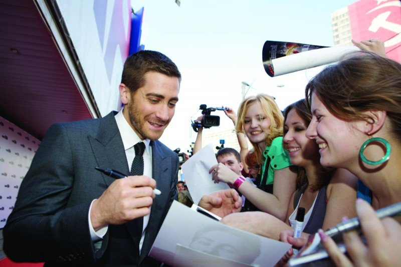 Jake Gyllenhaal firma gli autografi ai suoi fan lungo il red carpet di Prince of Persia: Le Sabbie del Tempo a Mosca