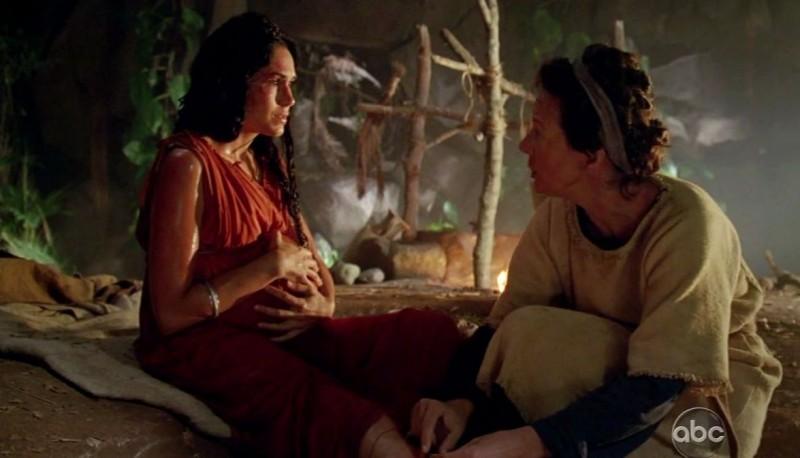 Lela Loren e Allison Janney in una scena di Attraverso il mare, dalla sesta stagione di Lost