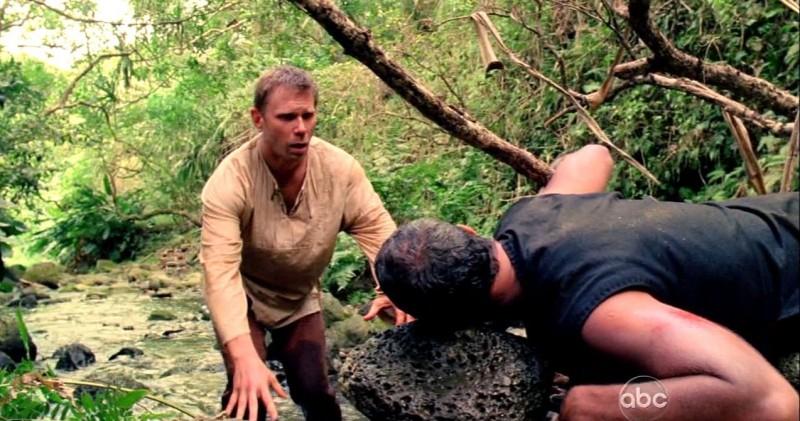 Mark Pellegrino e Titus Welliver in una scena di Attraverso il mare, tratta dalla sesta stagione di Lost