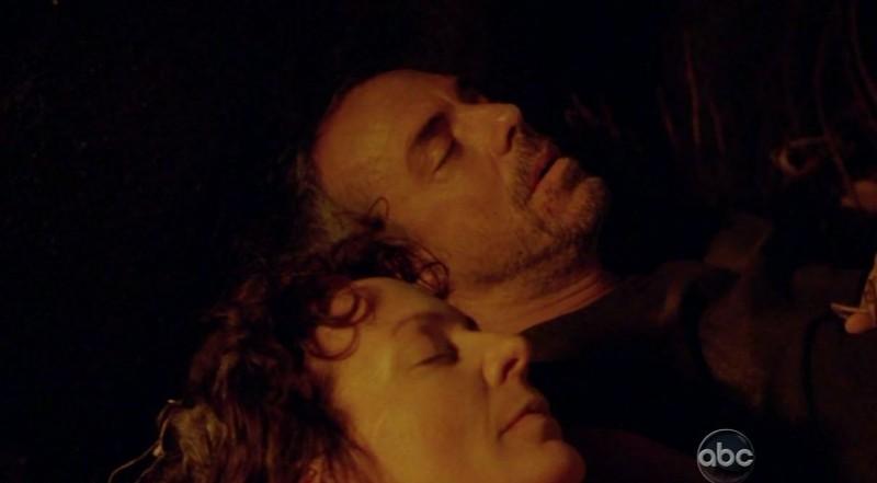 Titus Welliver e Allison Janney in una scena di Attraverso il mare, tratta dalla sesta stagione di Lost