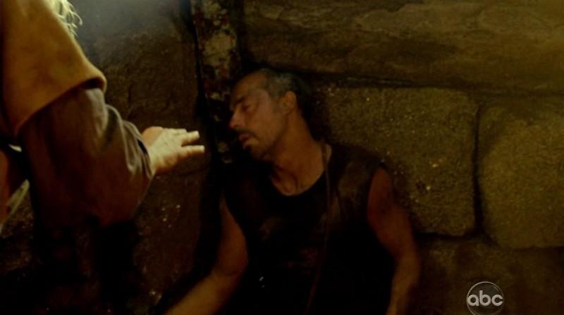 Titus Welliver in una scena di Attraverso il mare dalla sesta stagione di Lost