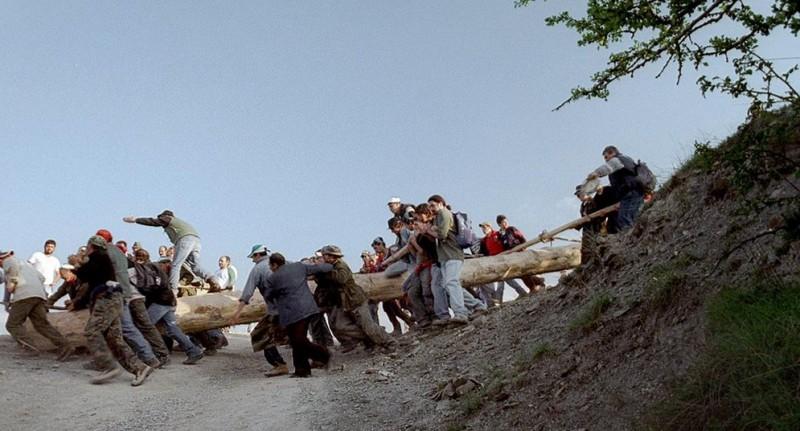 Un'immagine della festa della pita dal film Le quattro volte