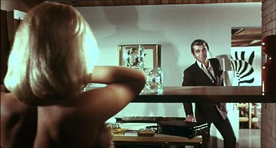 Anna Maria Rosati (di spalle) con Chris Avram in una scena del film Reazione a catena
