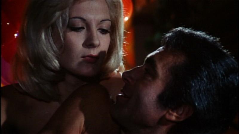 Anna Maria Rosati e Chris Avram in una scena del film Reazione a catena