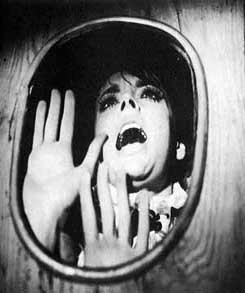Barbara Steele spaventata in una immagine promozionale di L\'orribile segreto del dottor Hichcock