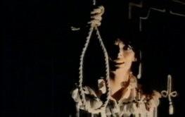 Barbara Steele spaventata in una scena del film L\'orribile segreto del dottor Hichcock