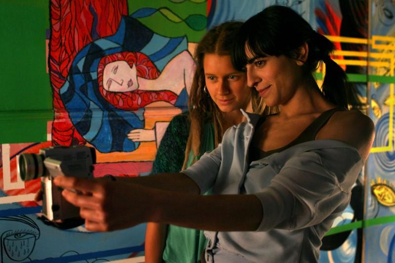 Bebe e Manuela Vellés in una scena del film Caotica Ana