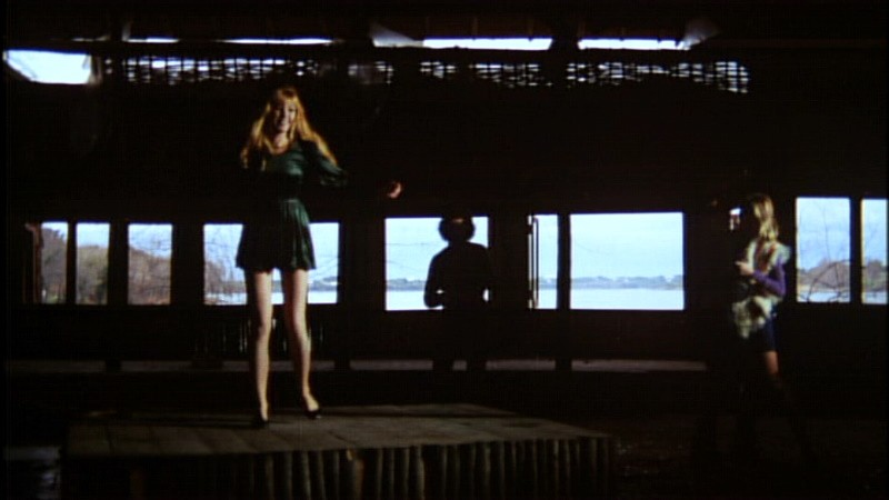 Brigitte Skay con (sullo sfondo) Roberto Bonanni e Paola Rubens in una scena di Reazione a catena