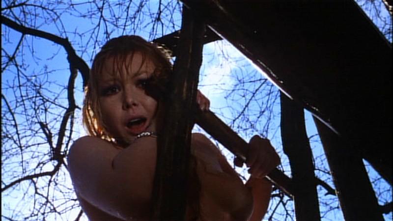 Brigitte Skay in una scena del film horror Reazione a catena (1971)