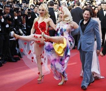 Cannes 2010, Amalric sfila con le attrici di Tourneé