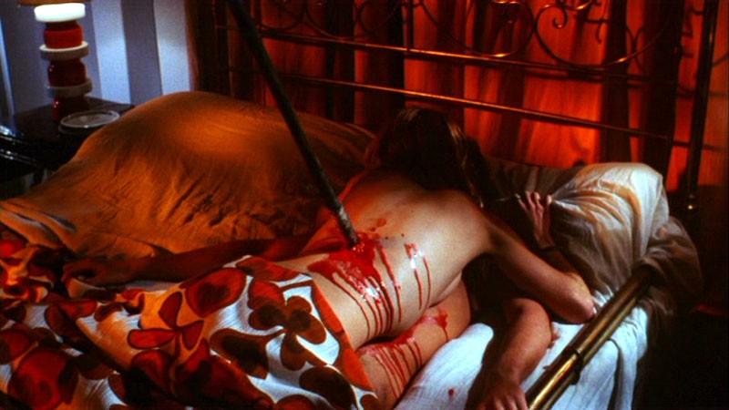 Guido Boccaccini e Paola Rubens in una sequenza erotico-splatter del film horror Reazione a catena