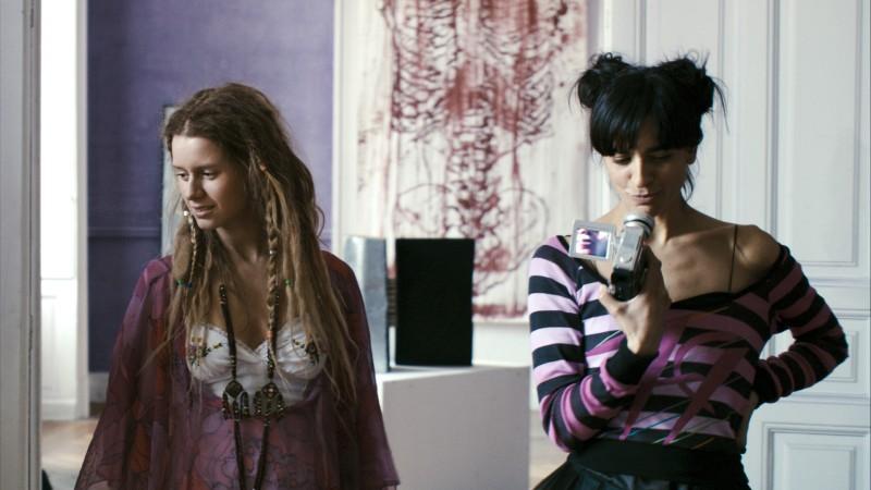 Manuela Vellés con Bebe nel film Caotica Ana