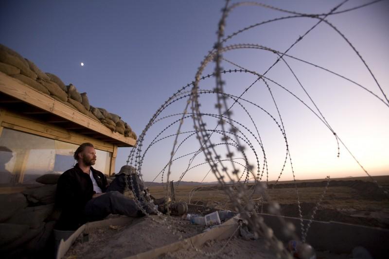Morgan Spurlock, pensieroso verso l'orizzonte desertico nel film Che fine ha fatto Osama Bin Laden?