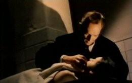 Robert Flemyng in una tetra scena del film L\'orribile segreto del dottor Hichcock