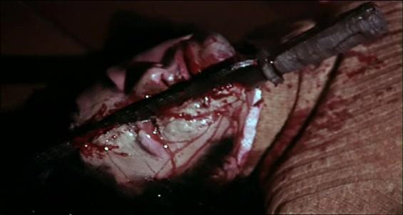 Roberto Bonanni in una scena splatter del film Reazione a catena