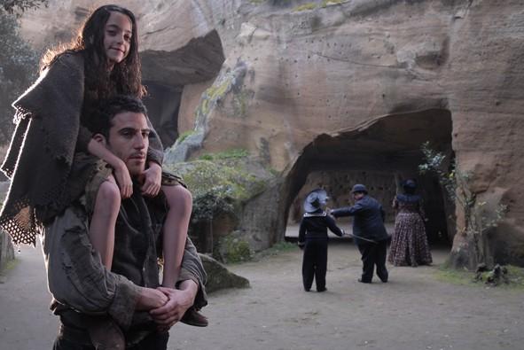 Un'immagine del film L'Imbroglio nel lenzuolo con Miguel Ángel Silvestre