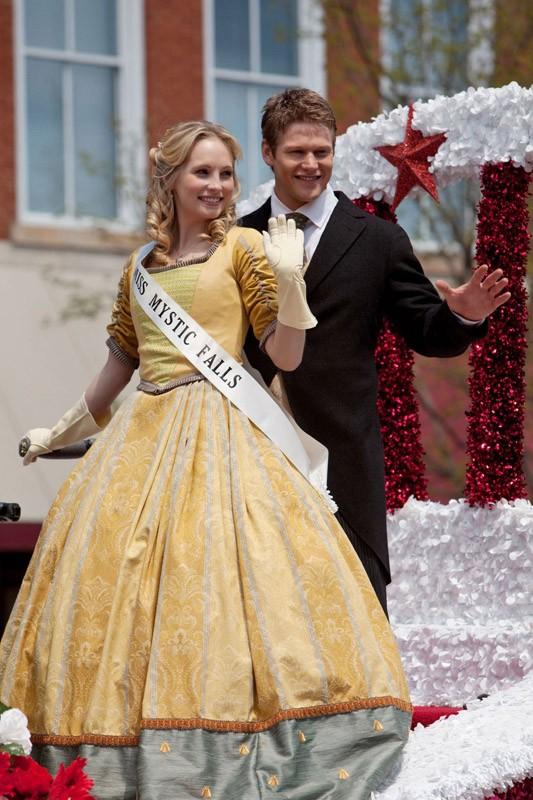 Candice Accola è Miss Mystic Falls accompagnata da Zach Roerig in: Founder's Day di The Vampire Diaries