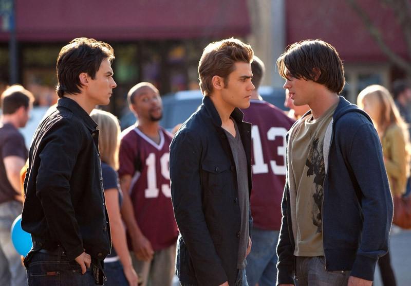 Damon (Ian Somerhalder), Stefan (Paul Wesley) e Jeremy (Steven R. McQueen) nell'episodio Founder's Day di Vampire Diaries