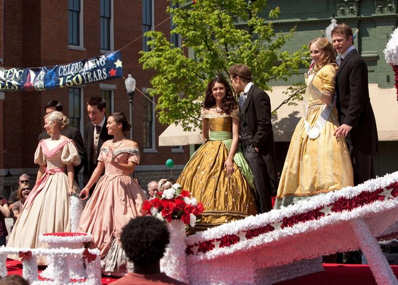 La parata di Miss Mistic Falls in una scena dell'episodio Founder's Day di The Vampire Diaries