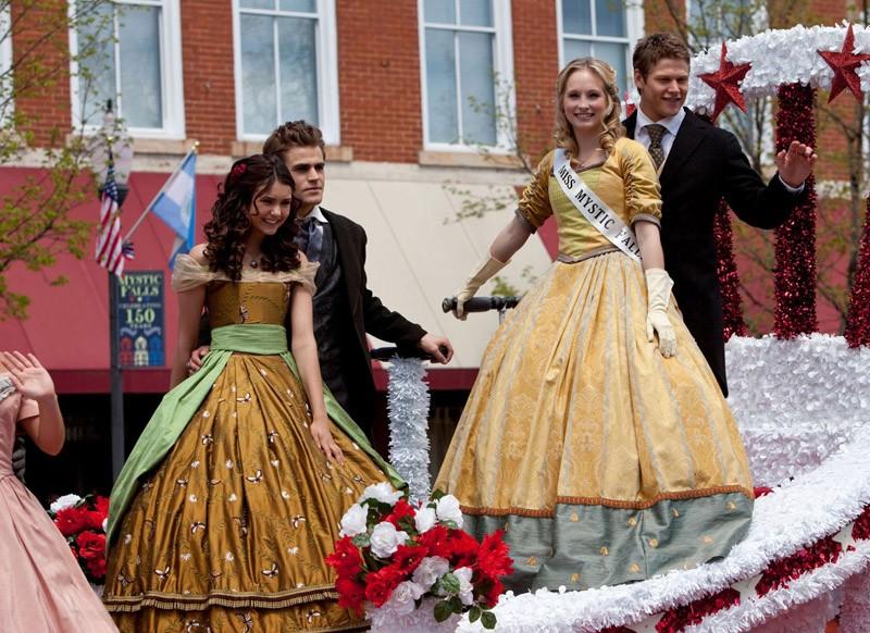 Nina Dobrev, Paul Wesley, Candice Accola e Zach Roerig alla parata nell'episodio Founder's Day di The Vampire Diaries