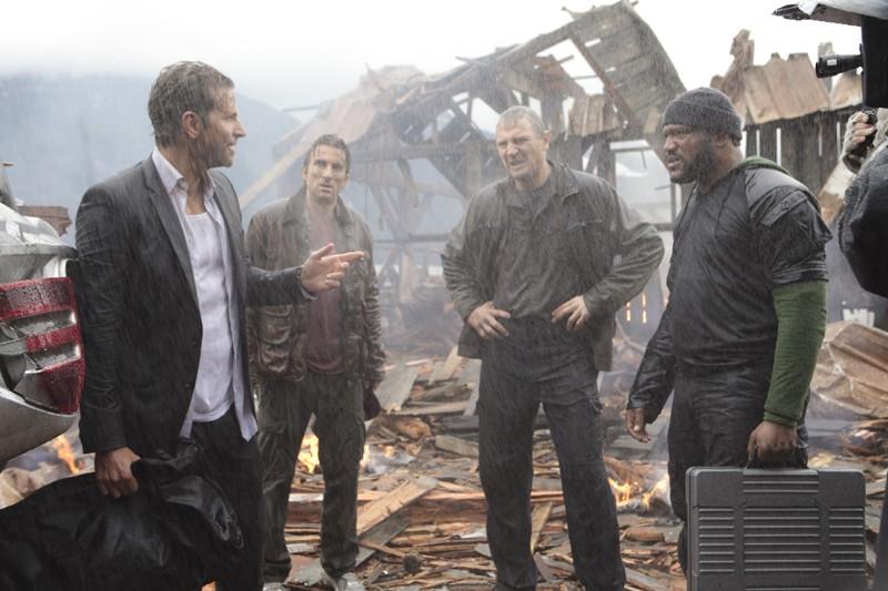 Bradley Cooper, Sharlto Copley, Liam Neeson e Quinton 'Rampage' Jackson sotto la pioggia nel film A-Team