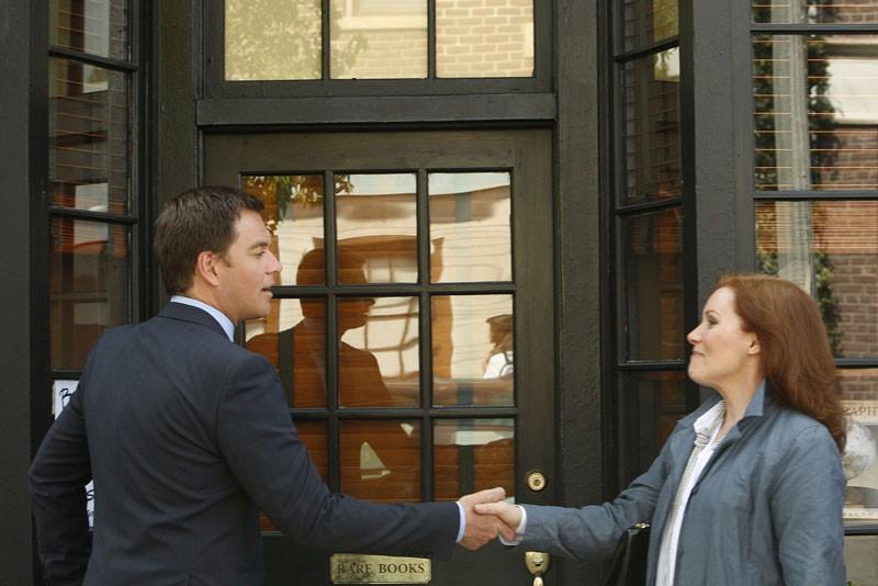 DiNozzo (Michael Weatherly) stringe la mano a Maggie Reed (Kerrie Keane) nell'episodio Obsession di NCIS