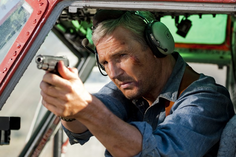 Hannibal (Liam Neeson) armato di pistola in una scena del film The A-Team