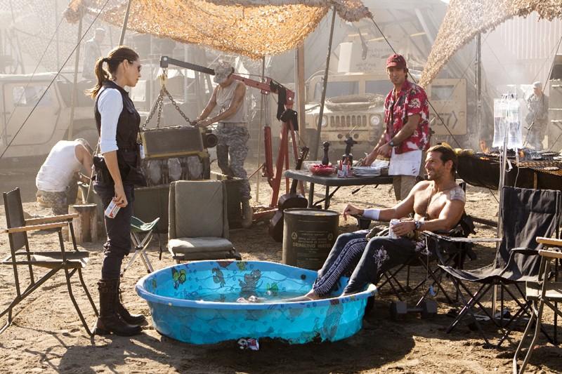 Jessica Biel fa visita a Bradley Cooper e Sharlto Copley nel film A-Team