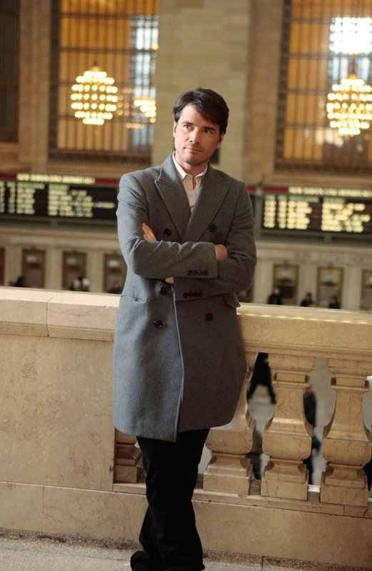 Matthew Settle in stazione nell'episodio Last Tango, Then Paris di Gossip Girl