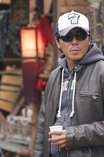 Il regista Kim Ji-woon sul set del suo The Good, the Bad, the Weird