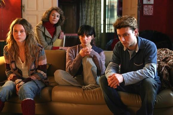 Manuela Vellés, Bebe, Asier Newman e Charlotte Rampling in una scena del film Chaotica Ana