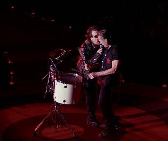 Bono e Larry Mullen in un'immagine del film U2 3D