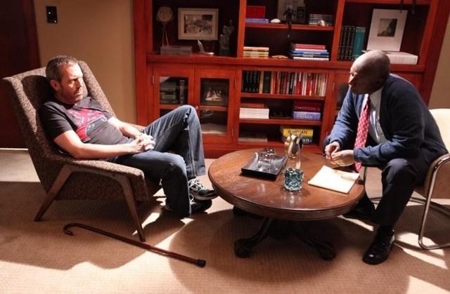 Hugh Laurie e Andre Braugher in una scena di Baggage dalla sesta stagione di Dr. House: Medical Division