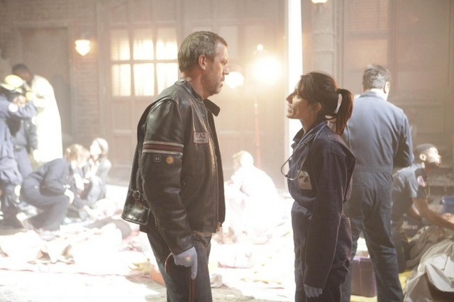 Hugh Laurie e Lisa Edelstein in una scena di Help Me dalla sesta stagione di Dr. House: Medical Division