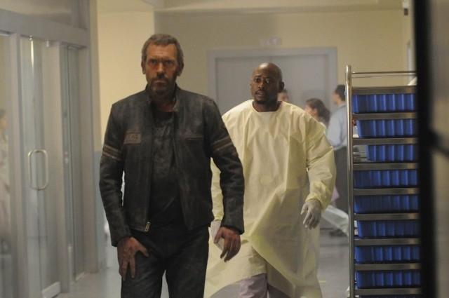 Hugh Laurie e Omar Epps in una scena di Help Me, dalla sesta stagione di Dr. House: Medical Division