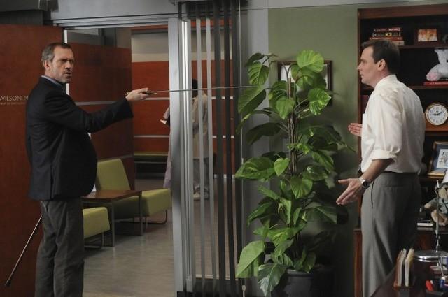Hugh Laurie e Robert Sean Leonard in una scena di Knight Fall dalla sesta stagione di Dr. House: Medical Division