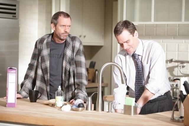 Hugh Laurie e Robert Sean Leonard in una scena di Open and Shut dalla sesta stagione di Dr. House: Medical Division