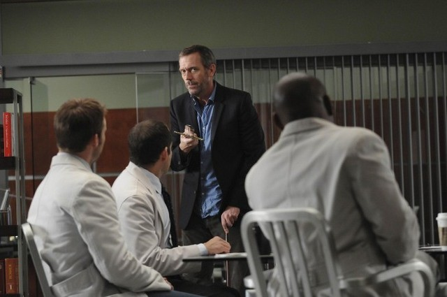 Hugh Laurie in una scena di Knight Fall dalla sesta stagione di Dr. House: Medical Division