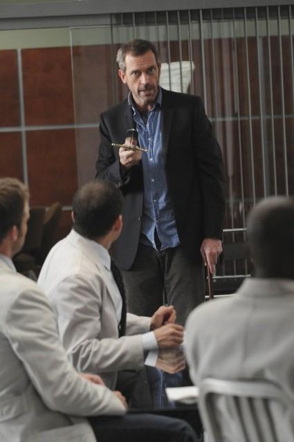 Hugh Laurie in una scena di Knight Fall, dalla sesta stagione di Dr. House: Medical Division