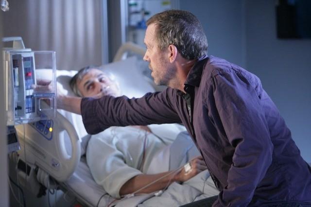 Hugh Laurie in una scena di Lockdown, dalla sesta stagione di Dr. House: Medical Division